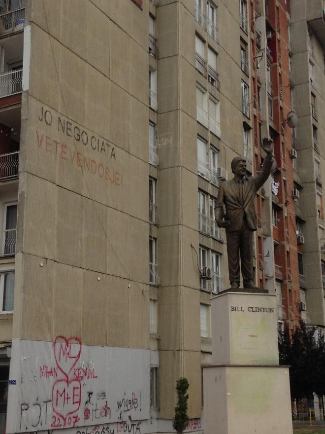 bill-clinton-statue-pristina-kosovo